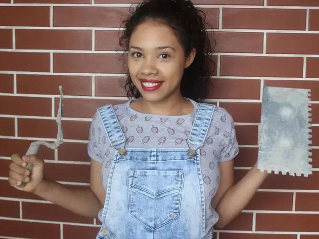 A jovem que construiu a própria a casa e é a única brasileira a dar dicas de reforma no YouTube